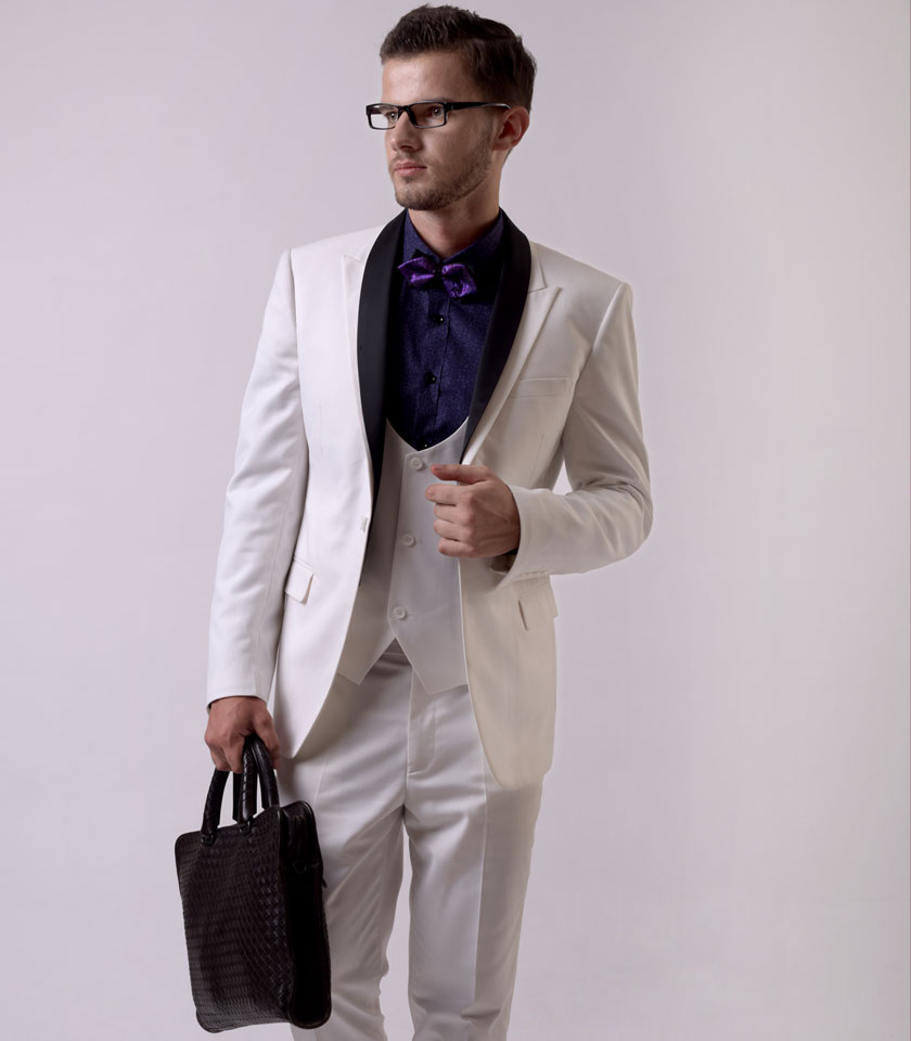 西装定制的价格从几百到几十万不等,为个别客户量身剪裁,迎合了人们追求品质和个性的心理,定制才是真正的个性化消费。男士们一般都会热衷于定制西装福州西服定制哪家好